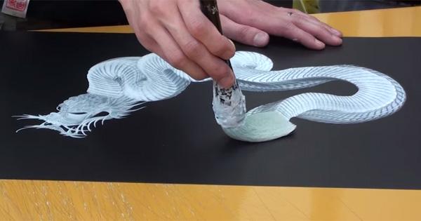 Mira esta hermosa figura de un dragón dibujado en unos trazos