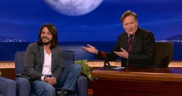 Diego Luna le enseña español para sobrevivir a Conan O'Brien