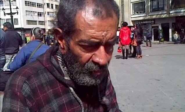 Te impresionará conocer la habilidad y la historia de este homeless