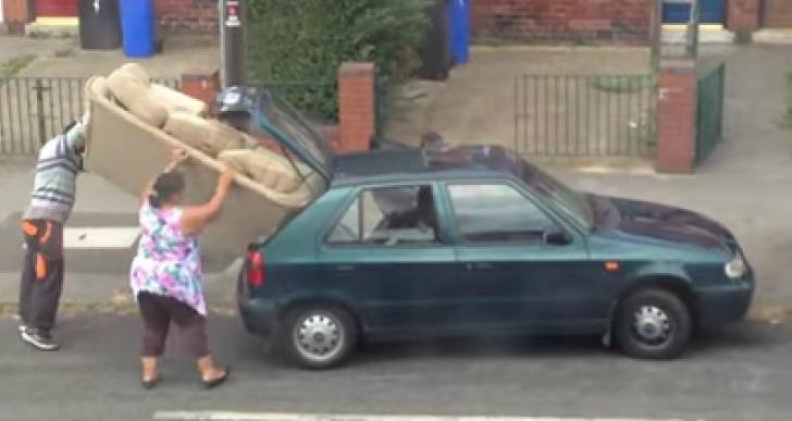 ¿Cuántas personas se necesitan para tratar de meter un sofá en un coche pequeño?