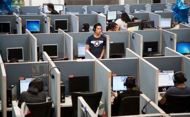 Mexicanos deportados encuentran refugio en los call center