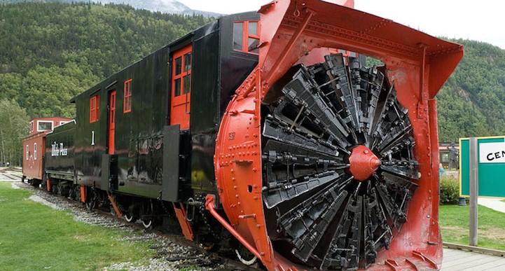 Este quitanieves histórico abre el camino para los trenes