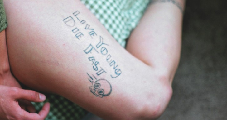 Un estudio de tatuajes donde los clientes se tatúan