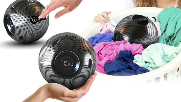 Esta bola lava tu ropa antes de que la saques del cesto