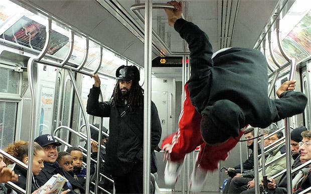 Estos jóvenes parecen desafiar la gravedad cuando bailan en el metro