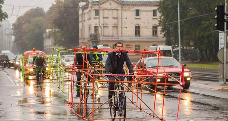 Ciclistas demuestran la diferencia de espacio entre autos y bicicletas