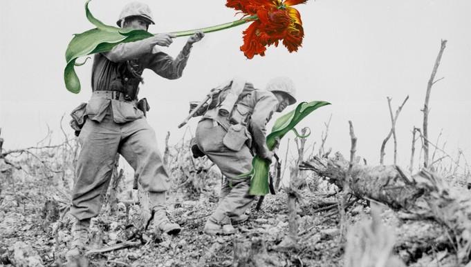 Artista sustituye armas por flores en fotos antiguas