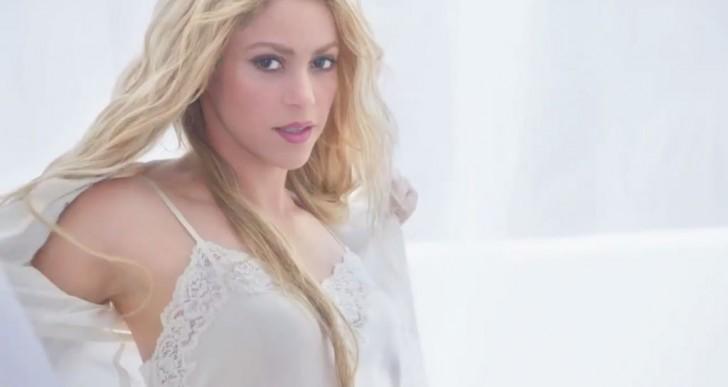 Mira el sensual striptease que Shakira hizo para un comercial