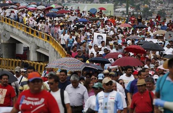 Llevan a cabo megamarcha en Acapulco por desaparición de normalistas