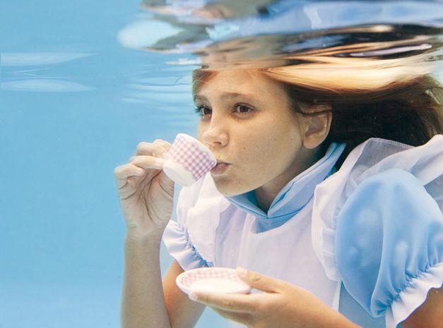 Fotógrafa recrea «Alicia en el país de las maravillas» debajo del agua