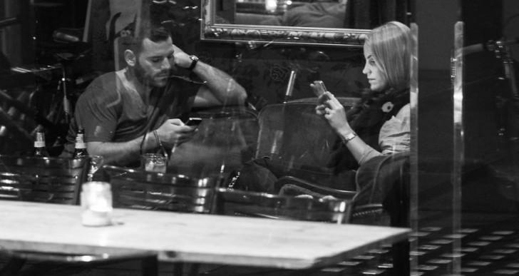 Este fotógrafo captura la obsesión de las personas por los smartphones
