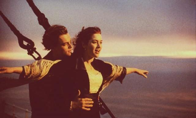 Este chico recrea una famosa escena de Titanic pero con extraños