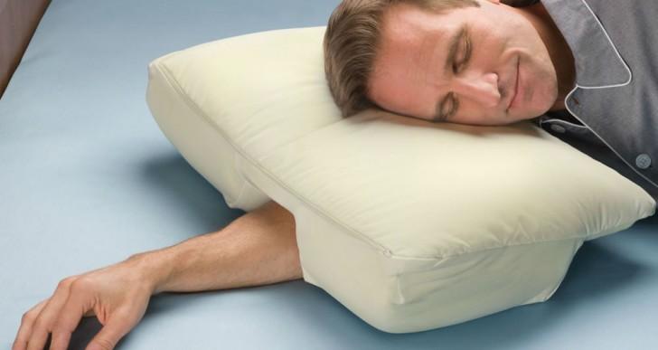 ¿Te gusta dormir con la cabeza sobre el brazo? Esta almohada es para ti