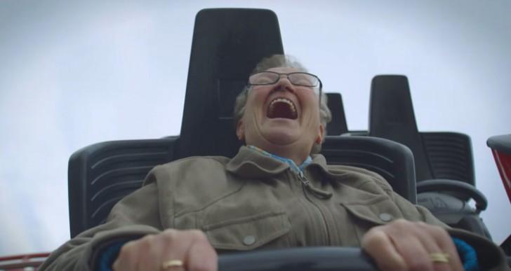 Diviertete con esta abuelita que a sus 78 años subió por primera vez a una montaña rusa