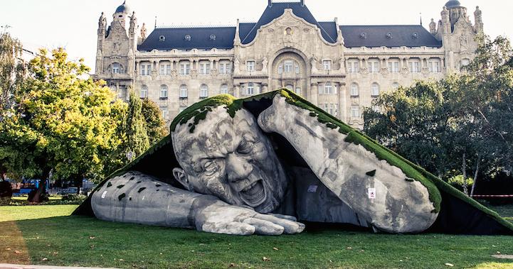 Ervin Loránth Hervé creó este gigante de piedra que sale debajo de la tierra