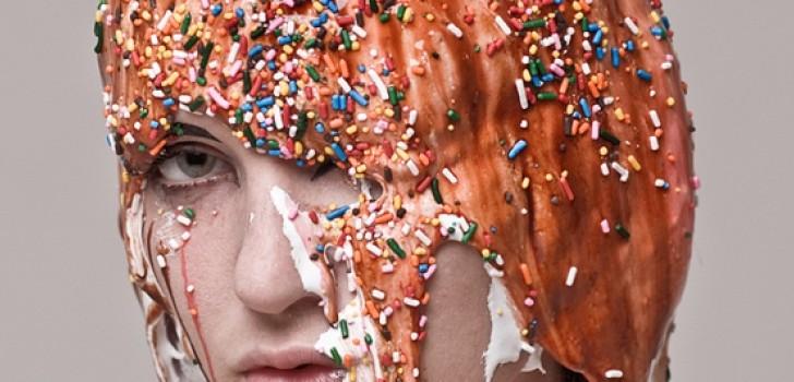 Entre la sensualidad y el dulce este fotógrafo cuestiona los límites de la belleza