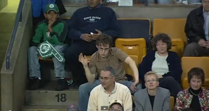 Sólo fue a ver el partido, pero luego lo apuntaron con la cámara y no se contiene