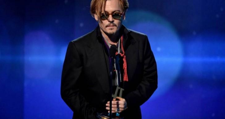 A Johnny Depp le cuesta trabajo mantener la compostura para entregar este premio