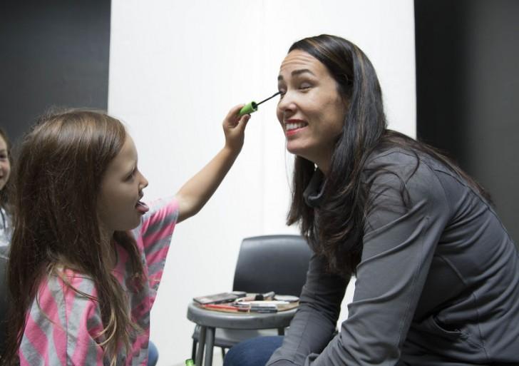 Esta fotógrafa retrata a mamás que fueron maquilladas por sus hijas