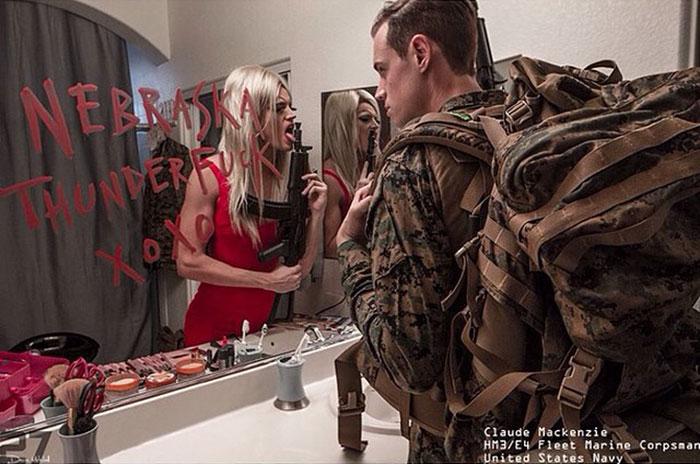 Fotógrafo registra la vida de los soldados más allá de sus uniformes
