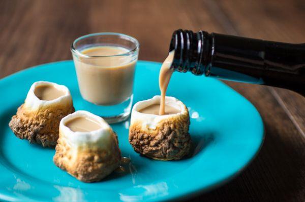 Te encantará brindar con estos pequeños vasos de bombón tostado