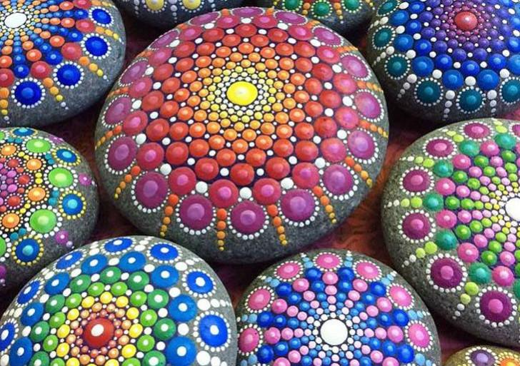 Mira estas piedras de mar meticulosamente cubiertas con puntos coloridos