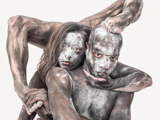 Este artista convierte a las personas en esculturas abstractas
