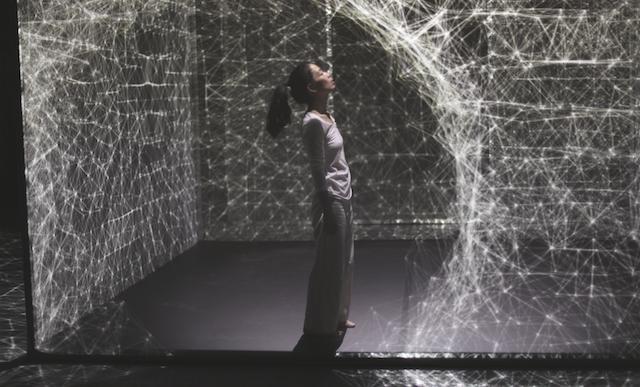 Este increíble performance muestra a un bailarín alterando un cubo de luz