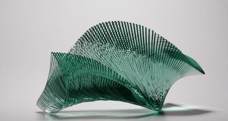 Artista utiliza capas de vidrio para crear esculturas geométricas