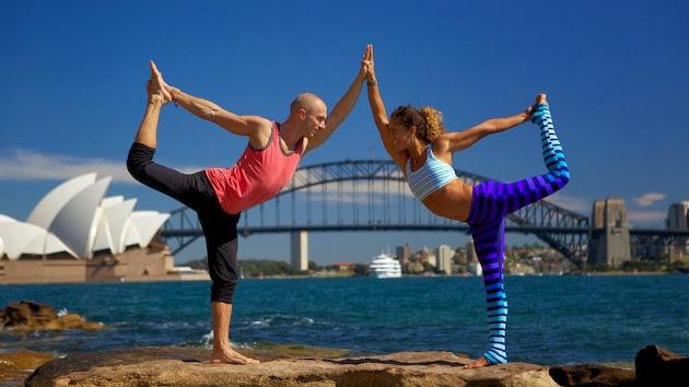 Esta pareja viaja por el mundo desafiando la gravedad en increíbles posiciones de yoga