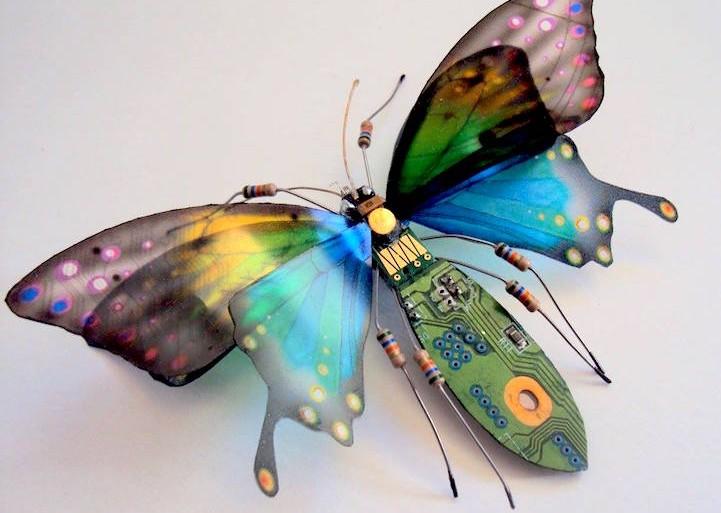 Bellos insectos con alas hechos de circuitos descartados