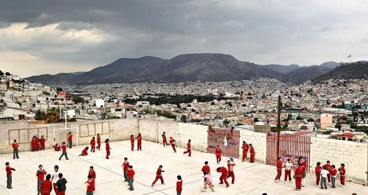 20 imágenes que retratan dónde juegan los niños alrededor del mundo