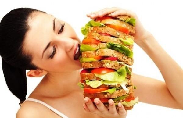 ¿Todo el tiempo piensas en comer? Conoce 5 causas del hambre voraz