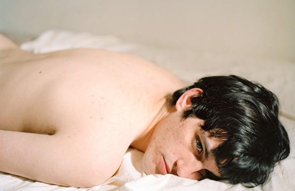 Fotógrafa captura retratos de sus exparejas semidesnudas