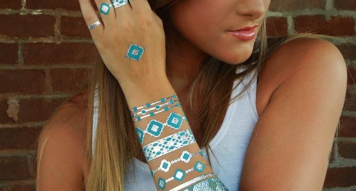 Te va a encantar la nueva tendencia de los tatuajes metálicos temporales