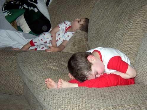 20 divertidas fotos de niños durmiendo en lugares inesperados