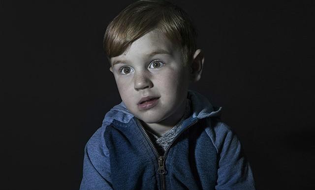 Idiot Box: 7 retratos de niños con los ojos pegados a la televisión