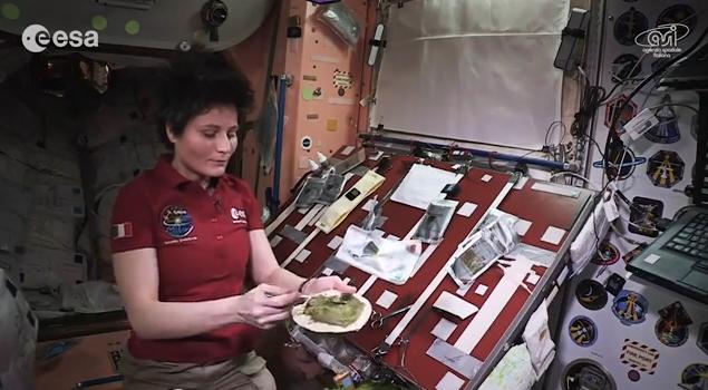 Así se come en el espacio donde la gravedad casi no existe