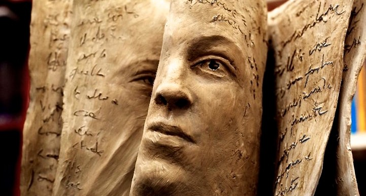 Estas esculturas de caras en libros expresan emociones muy intensas