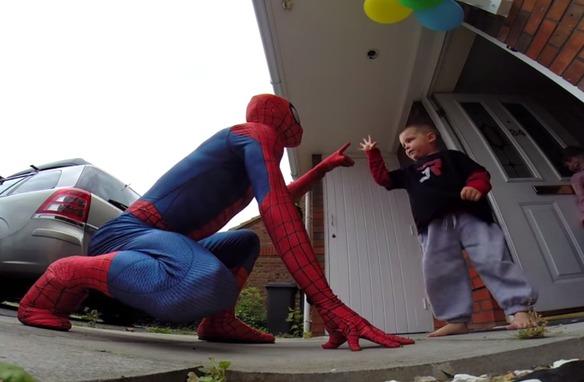 Un papá se disfrazó de Spiderman para homenajear a su hijo fallecido