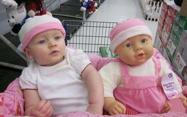 Estos lindos bebés y sus muñecos son idénticos