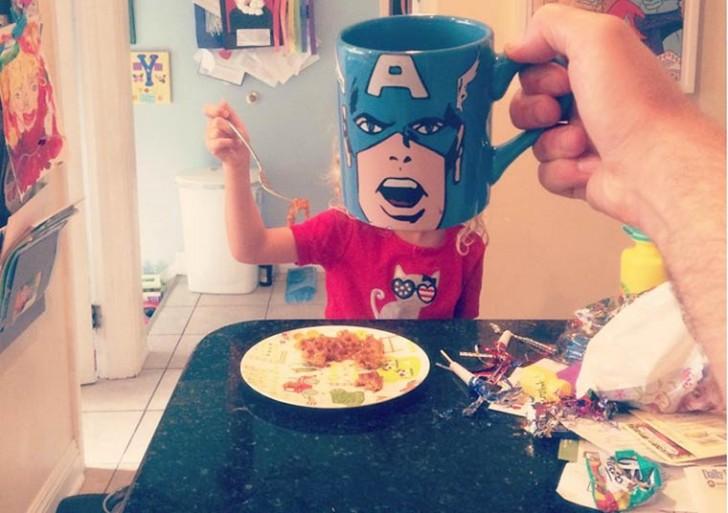Cuando un papá se divierte con su colección de tazas
