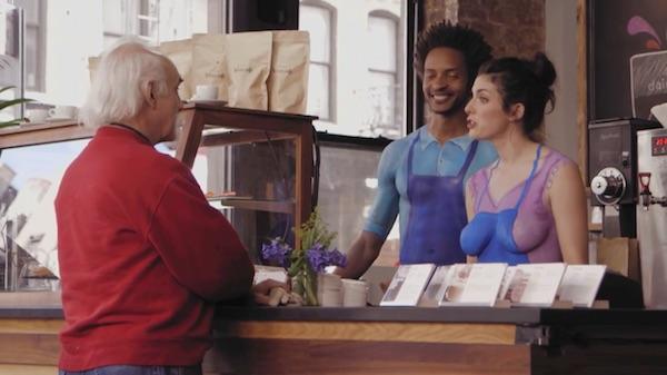 Baristas «desnudos» sirven café para promover así a una marca