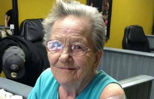 Atrevida abuelita se escapó del asilo para hacerse su primer tatuaje