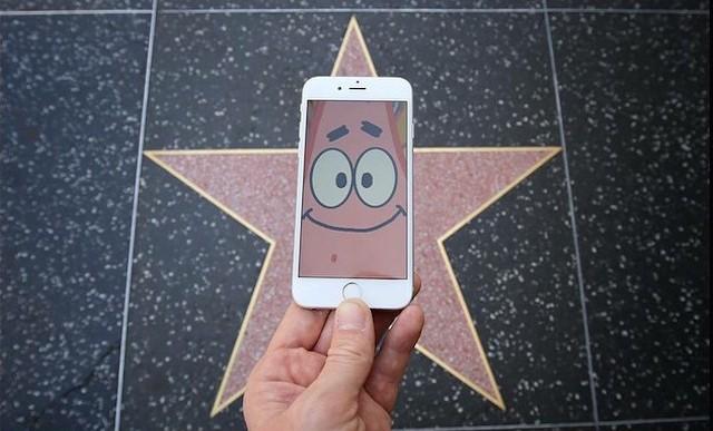 Personajes ficticios conocen el mundo real con ayuda de un iPhone