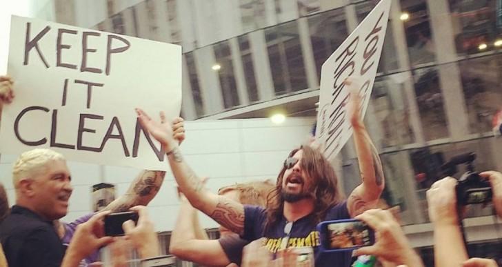 Foo Fighters convirtió en fiesta una manifestación homofóbica