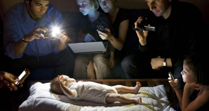 Strangers in the light: Fotos bañadas por la luz de celulares y computadoras