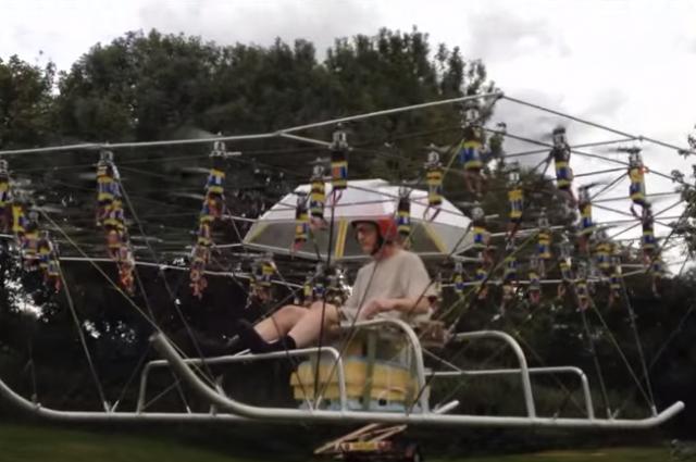 Mira volar a un hombre con ayuda de una parvada de drones