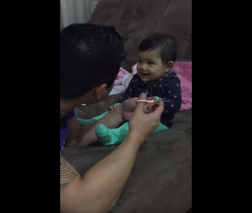 Esta adorable bebé le juega una broma a su papá