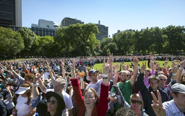 Yoko Ono organizó el signo de paz más grande del mundo